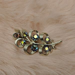 Vintage Usner Gold Tone Leaf Pin With Rhinestones